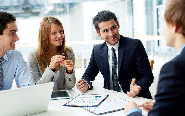 Business Partner diskutieren Dokumente