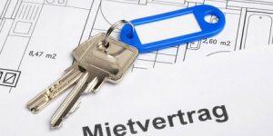 Hausschlüssel liegen auf einem Plan und symbolisieren das Mietrecht
