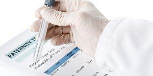 DNA Test im Labor für Klärung der Vaterschaft in Bezug auf das Familienrecht